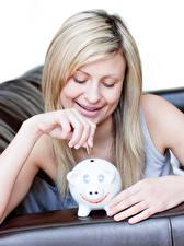 Bilder Münze Blond Mädchen Lächeln Hand Sparschwein junge Frauen