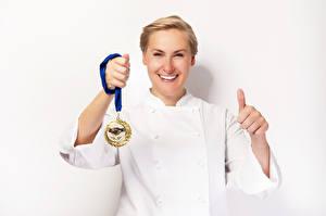 Bilder Finger Weißer hintergrund Blond Mädchen Medaille Lächeln Mädchens