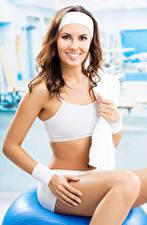 Hintergrundbilder Fitness Braune Haare Starren Lächeln Mädchens Sport