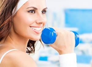 Sfondi desktop Fitness Manubri Sorriso Denti Le mani Viso giovani donne Sport