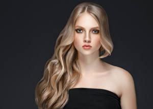 Fotos Grauer Hintergrund Blondine Haar Blick Schön Mädchens