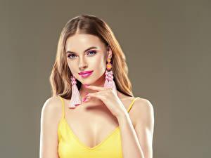 Hintergrundbilder Grauer Hintergrund Braunhaarige Blick Hand Ohrring Maniküre Mädchens