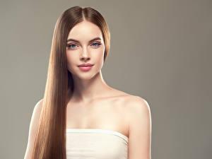 Fotos Grauer Hintergrund Braune Haare Haar Starren Mädchens