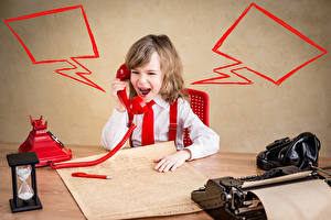 Обои для рабочего стола Песочные часы Мальчики Телефоном Крик ребёнок