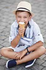 Fotos Speiseeis Jungen Sitzend Der Hut Blick Kinder
