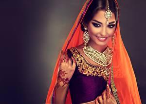 Hintergrundbilder Indian Schmuck Schön Lächeln Schminke Ohrring Sofia Zhuravets Mädchens