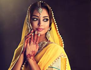 Hintergrundbilder Indian Ukraine Schön Hand Schminke Ohrring Sofia Zhuravets Mädchens