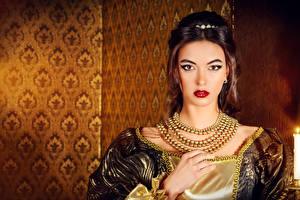 Hintergrundbilder Schmuck Halskette Braunhaarige Rote Lippen Hand Starren Mädchens