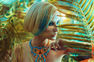 Fotos Schmuck Finger Halskette Blond Mädchen Schminke junge Frauen