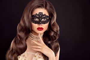 Fotos Masken Finger Schmuck Halskette Schwarzer Hintergrund Braune Haare Haar Rote Lippen Mädchens