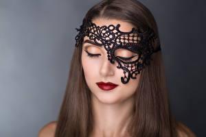 Bilder Maske Grauer Hintergrund Braune Haare Rote Lippen Mädchens