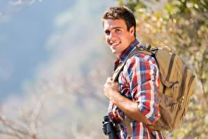 Bilder Mann Rucksack Blick Lächeln Reisender