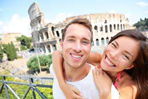 Hintergrundbilder Mann Paare in der Liebe 2 Freude Braune Haare Umarmung Zähne Lächeln Mädchens