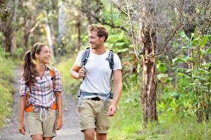 Fotos Mann Zwei Braune Haare Lächeln Spaziergang Mädchens