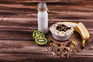 Fotos Milch Müsli Bananen Kiwifrucht Rosinen Bretter Frühstück Flasche