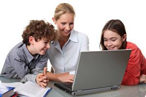 Hintergrundbilder Mutter Junge Kleine Mädchen Notebook Lächeln Kinder