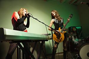 Fotos Musikinstrumente Drei 3 Gitarre Mikrofon Musik Mädchens