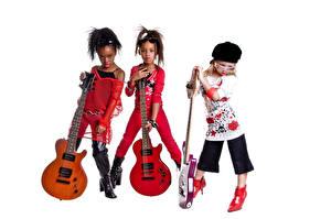 Bilder Musikinstrumente Weißer hintergrund Drei 3 Kleine Mädchen Gitarre Brille Baseballmütze Neger kind