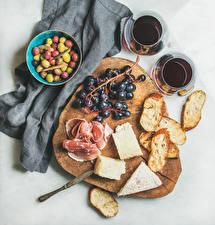 Bilder Oliven Brot Käse Schinken Wein Grauer Hintergrund Schneidebrett Trinkglas Lebensmittel