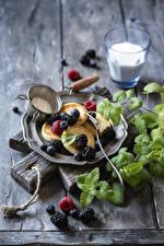 Фотография Блины Ежевика Черника Малина Разделочная доска Тарелка Листва Продукты питания