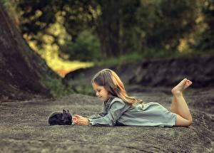 Fotos Kaninchen Kleine Mädchen Ruhen kind