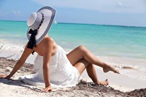 Fotos Meer Strand Der Hut Bein Kleid Sitzt junge frau