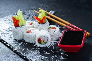 Fotos Meeresfrüchte Sushi Reis Essstäbchen Sojasauce Lebensmittel