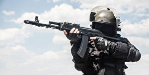Bilder Soldaten Sturmgewehr Militär Schutzhelm