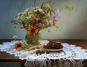 Fotos Stillleben Kamillen Gazania Flockenblumen Kirsche Vase Lebensmittel