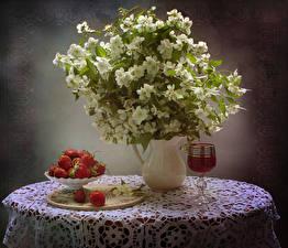 Bilder Stillleben Erdbeeren Blühende Bäume Tisch Vase Ast Wind Weinglas Lebensmittel Blumen
