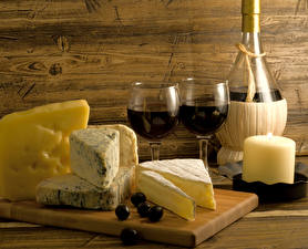 Fotos Stillleben Wein Käse Kerzen Oliven Schneidebrett Flasche Weinglas Lebensmittel