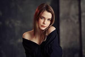 Fotos Niedlich Schön Braune Haare Starren Taya, Evgeniy Bulatov Mädchens