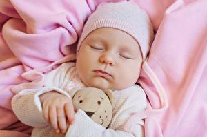 Bilder Teddybär Säugling Mütze Schlafendes Gesicht Kinder