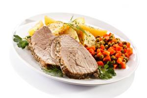 Bilder Die zweite Gerichten Kartoffel Fleischwaren Gemüse Weißer hintergrund Teller Lebensmittel