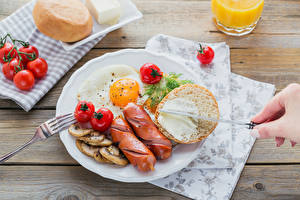 Pictures Vienna sausage Bread Tomatoes Vegetables Breakfast Plate Fried egg Food