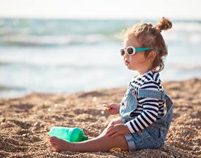 壁纸,,海灘,沙,小女孩,坐,眼鏡,儿童