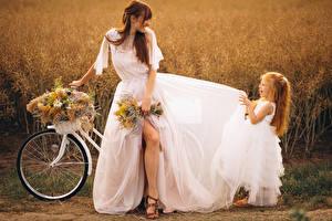 Bilder Sträuße Braune Haare Bräute Kleid Kleine Mädchen Freude Fahrrad Mädchens Kinder
