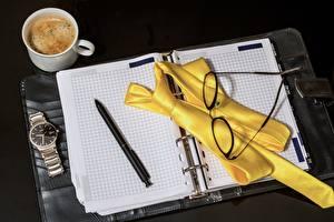Hintergrundbilder Kaffee Uhr Armbanduhr Notizblock Kugelschreiber Krawatte Brille Becher
