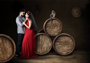 Fotos Paare in der Liebe Fass Katze Mann 2 Brünette Kleid indian Mädchens