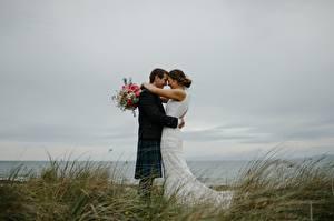 Fonds d'écran Couples dans l'amour Bouquets Homme Herbe 2 Mariage Marié homme Jeune mariée Embrasse Filles