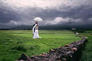 Hintergrundbilder Paare in der Liebe Grünland Trauung 2 Bräutigam Brautpaar Gras Regenschirm Umarmung Natur