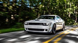 Bilder Dodge Weiß Fahrendes Challenger 2018 Hellcat SRT Widebody