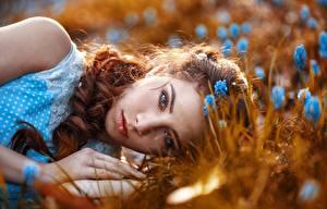 Hintergrundbilder Gesicht Blick Liegt Haar Rotschopf Schönes junge Frauen