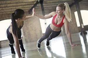 Bilder Fitness Blondine Brünette Zwei Uniform Lächeln Liegestütz Sportliches Mädchens