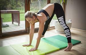 Bilder Fitness Blondine Uniform Körperliche Aktivität Mädchens