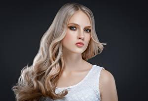Hintergrundbilder Grauer Hintergrund Blondine Starren Haar Schön Mädchens