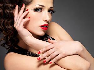 Fonds d'écran Fond gris Aux cheveux bruns Visage Lèvres rouges Main Manucure Maquillage Belle Filles