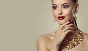 Hintergrundbilder Schmuck Halskette Farbigen hintergrund Gesicht Schminke Rote Lippen Hand Maniküre Ohrring Mädchens
