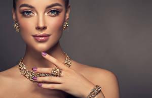 Bilder Schmuck Halsketten Grauer Hintergrund Gesicht Ohrring Hand Maniküre Blick Mädchens