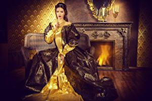 Bilder Schmuck Antik Braunhaarige Kleid Sitzend Mädchens